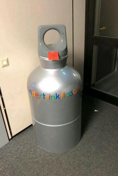 Große Kindertrinkflasche als Dekoration Ladeneinrichtung - gebraucht